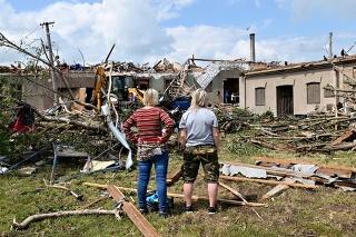 Tornádo po sebe zanechalo najmenej päť obetí, stovky ranených a obrovské škody.