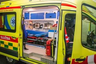 Agresívny muž pri prevoze sanitkou napadol záchranára.
