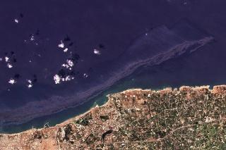 Satelitné zábery zverejnené spoločnosťou Planet Labs zachytávajú rozsiahlu, zrejme ropnú škvrnu, ktorá sa rozprestiera na ploche 25,5 kilometra štvorcových