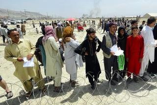 Viac ako desaťtisíc ľudí čaká na kábulskom letisku na evakuáciu.