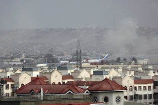 Na snímke lietadlá sú odparkované po explózii na letisku v Kábule 26. augusta 2021.