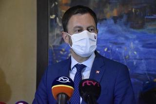 Premiér Heger počas tlačovej konferencie na Štrbskom plese