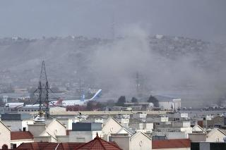 Dym stúpa po explózii na letisku v Kábule 26. augusta 2021.