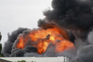 V priemyselnom areáli vypukol požiar.