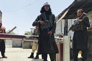 Bojovníci islamistického hnutia Taliban hliadkujú neďaleko amerického veľvyslanectva v Kábule.