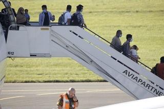 Belgické vojenské lietadlá z Kábulu cez pakistanské hlavné mesto Islamabad evakuovali približne 1 100 osôb.
