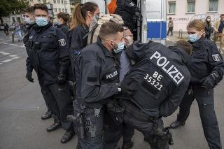 Policajti zatýkajú demonštranta počas ďalšieho protestu odporcov protipandemických opatrení v Berlíne.