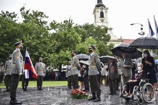 Učastníci pietneho aktu pri príležitosti 77. výročia Slovenského národného povstania pri pamätníku SNP v Bratislave.