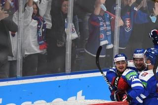 Slovenský hokejista Libor Hudáček (vľavo) sa teší po strelení víťazného gólu na 2:1 do prázdnej brány v poslednom zápase D-skupiny Slovensko - Bielorusko na kvalifikačnom turnaji o postup na ZOH2022 v Pekingu.