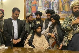 Taliban ohlásil víťazstvo z prezidentského paláca v Kábule.