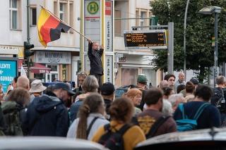 Ľudia počas nepovoleného protestu proti vládnym opatreniam proti koronavírusu v Berlíne.