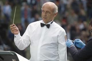 Zakladateľ Budapeštianskeho festivalového orchestra Iván Fischer dostáva tretiu dávku vakcíny proti ochoreniu COVID-19 na bezplatnom koncerte v Budapešti.