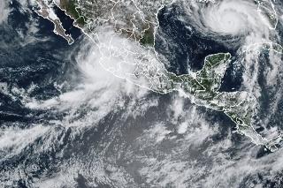 Vľavo hurikán Nora, vpravo hurikán Ida.
