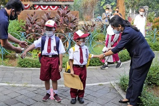 Návrat detí do škôl v indonézskej Jakarte.