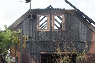 Pri požiari domu zomrel 75-ročný muž, polícia našla nelegálne držané zbrane.