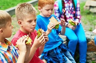 Ak učíte deti deliť sa, v čase korony to neplatí obzvlášť pri jedle.