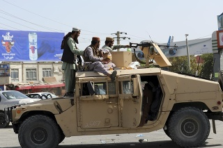 Bojovníci islamistického hnutia Taliban hliadkujú pred Medzinárodným letiskom Hámida Karzaja v Kábule.