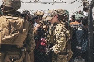 Americkí vojaci hliadkujú na kontrolnom stanovišti počas evakuácie na medzinárodnom letisku Hamída Karzaja v Kábule.