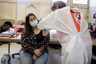 Očkovanie proti COVID-19 v Paríži.