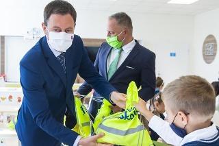 Predseda vlády SR Eduard Heger (OĽANO) a minister školstva, vedy, výskumu a športu SR Branislav Gröhling (SaS) otvorili nový školský rok na bratislavskej Základnej škole s materskou školou na Borodáčovej.
