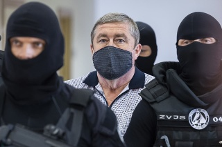 Bývalý špeciálny prokurátor Dušan Kováčik v sprievode príslušníkov Zväzu väzenskej a justičnej stráže