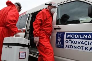 Členovia mobilnej očkovacej jednotky počas výjazdového očkovania imobilných pacientov proti COVID-19.