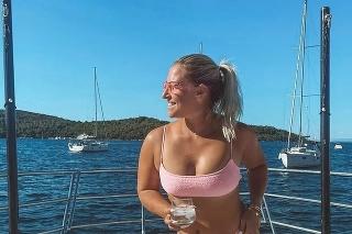 Dominika Cibulková ukázala na jachte sexi postavu.