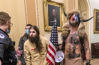 Američan Jacob Chansley, ktorý sa zviditeľnil počas januárového vpádu do Kongresu v oblečení šamana s rohmi a kožušinou.