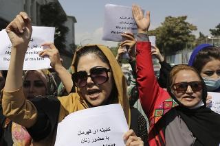 Približne 20 žien s mikrofónmi sa zhromaždilo pred ozbrojenými talibmi.