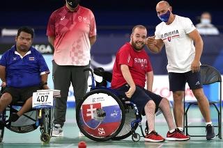 Na snímke druhý sprava slovenský reprezentant v boccii Samuel Andrejčík oslavuje zlatú medailu.