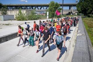 Účastníci protestu proti výstavbe terminálu na skvapalnený zemný plyn (LNG) v bratislavskom prístave.