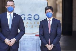 Nemecký minister zdravotníctva Jens Spahn (vľavo) pózuje so svojím talianskym rezortným partnerom Robertom Speranzom počas stretnutia ministrov zdravotníctva členských krajín skupiny G20 v Ríme 5. septembra 2021.