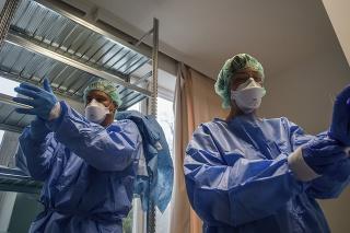 Piatim maďarským dôchodcom diagnostikovali koronavírus, previezli ich do nemocnice (ilustračné foto).