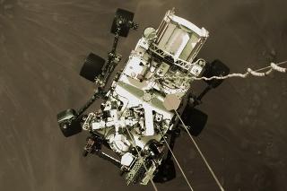 Na snímke amerického Národného úradu pre letectvo a vesmír (NASA) americké robotické vozidlo Perseverance sa spúšťa na povrch Marsu.