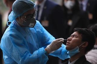 Testovanie na ochorenie COVID-19 vo vietnamskom hlavnom meste Hanoj.