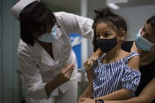 Kuba s 11,2 milióna obyvateľov má cieľ zaočkovať všetky deti ešte pred znovuotvorením škôl.