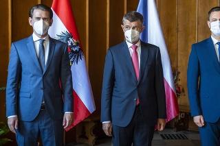 Rakúsky kancelár Sebastian Kurz, predseda vlády ČR Andrej Babiš a predseda vlády SR Eduard Heger na stretnutí v Ledniciach.
