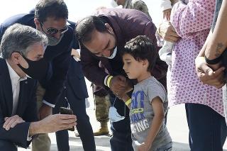 Blinken ukazuje chlapcovi z Afganistanu fotky svojich detí.