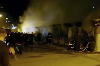 Zábery obrovského požiaru, ktorý vypukol v nemocnici na západe Tetova.