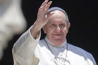 Pápež František prišiel k oknu a mával ľuďom na Námestí svätého Petra.