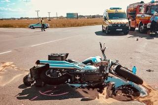 Po zrážke auta s motocyklom ostali dvaja ťažko zranení.