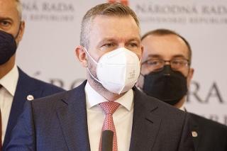 Nezaradení poslanci NR SR: Richard Raši, Peter Pellegrini a Róbert Puci počas tlačovej konferencie