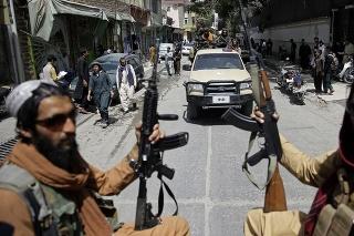 Dvaja novinári, ktorých zatkol Taliban, boli vo väzbe zbití.
