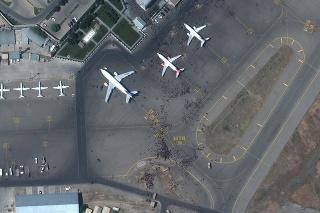 Na satelitnej snímke množstvo ľudí čaká na Medzinárodnom letisku Hamída Karzaja v Kábule.