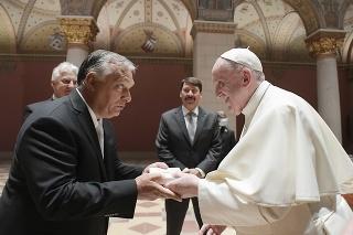Pápež František a maďarský premiér Viktor Orbán si vymieňajú dary počas stretnutia 12. septembra 2021 v Budapešti.