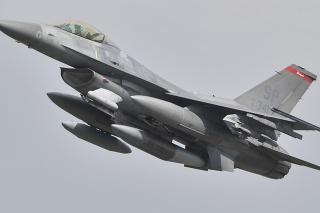 Na archívnej snímke americké stíhacie lietadlo F-16