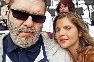 S dcérou Emou, ktorá žije v Paríži, je v neustálom kontakte.