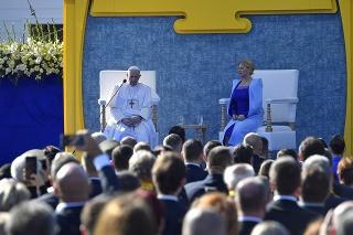 Pápež František a prezidentka Čaputová počas príhovoru na stretnutí s predstaviteľmi štátu, občianskej spoločnosti a diplomatického zboru