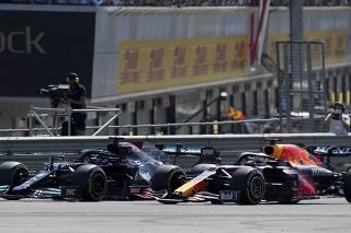 Na snímke vpravo holandský líder seriálu  MS formuly 1 Max Verstappen z Holandska a obhajca titulu Lewis Hamilton v zákrute v 1. kole Veľkej ceny Veľkej Británie na okruhu v Sitverstone.