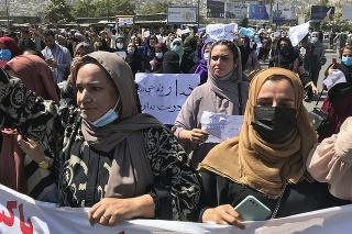 Taliban oznámil prísnejšie pravidlá pre študentky, nebudú sa môcť vzdelávať po boku mužov.
